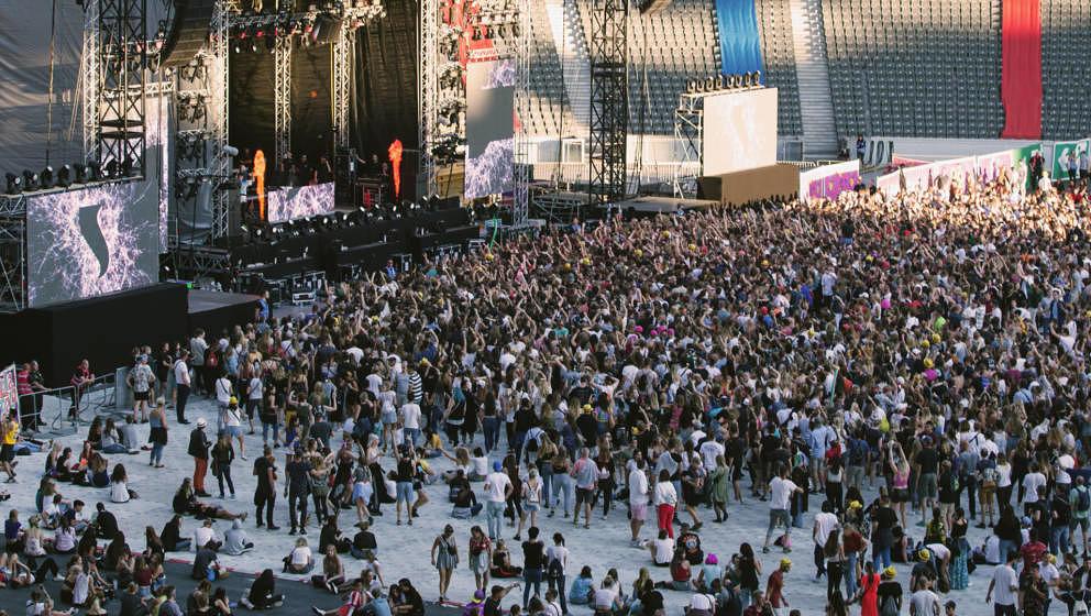 Publikum beim Lollapalooza Berlin 2018 im Olympiastadion vor der EDM-Stage