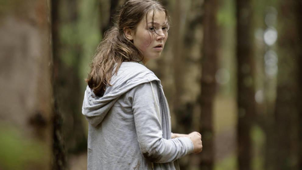 Kaja  (Andrea Berntzen) flüchtet vor Anders Breivik.