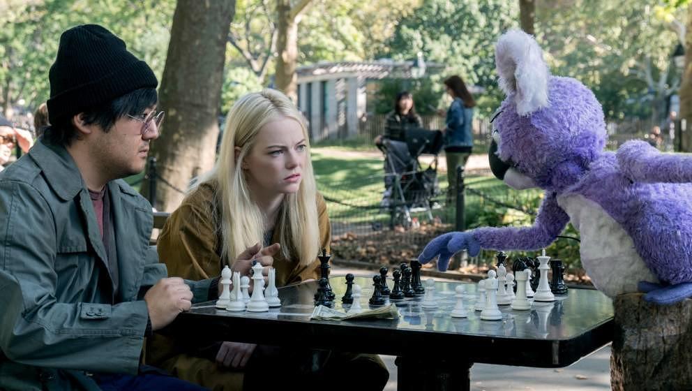 """Die Welt von """"Maniac"""" ist leicht futuristisch: Hier spielt ein Robo-Koala Schach."""