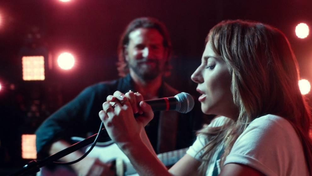 "Lady Gaga singt ""Shallow"" in ""A Star Is Born"""