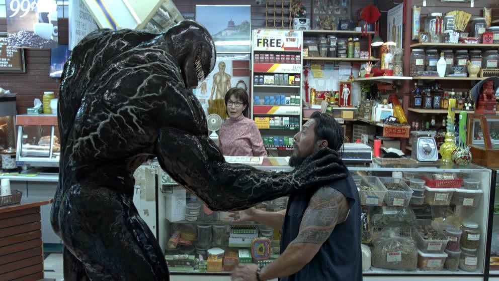 Venom greift einen Gangster an.
