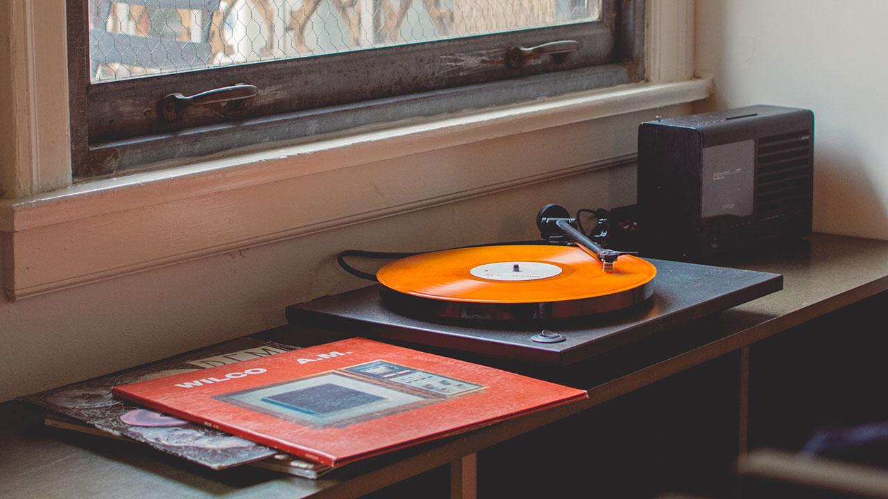 Mit ein paar Vorhängen, vollen Bücherregalen und vielleicht sogar Absorbern verbessert sich die Raumakustik so, dass Musikhören noch mehr Spaß macht.
