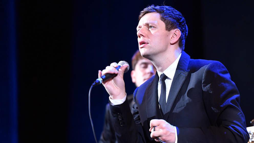 Bei Woods Of Birnam singt der Schauspieler Christian Friedel. Außerdem spielt der Babylon-Berlin-Star Piano.