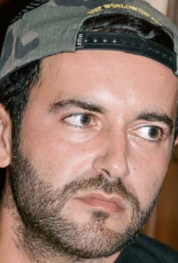 """Şevket """"Chefket"""" Dirican wurde 1981 in der Nähe von Ulm geboren – genauer in Heidenheim an der Brenz; """"keiner kennt's"""", reimt er. Seine Band dort hieß Nil. Die falsche Aussprache seines Vor- namens übernahm er einfach als Künstlernamen. Seine Eltern machen sich keine Sorge mehr um seine Karriere, seit er 2007 mit dem türkischen Popstar Sertab Erener quasi weltweit im Fernsehen zu sehen war. Auf seiner aktuellen Single """"Gel Keyfim Gel"""" vom auch in diesem Magazin gefeierten neuen Album ALLES LIEBE (NACH DEM ENDE DES KAMPFES) lässt er seine türkischen Wurzeln sowohl textlich wie musikalisch einfließen"""