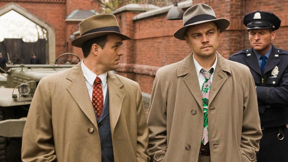 U.S.-Marshal Teddy Daniels (Leonardo diCaprio, re.) landet 1954 mit seinem Partner Chuck Aule (Mark Ruffalo, li.) auf dem ent
