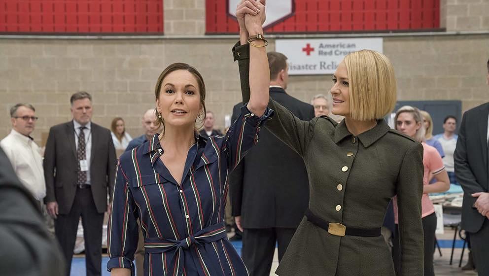 Diane Lane (l.) ist neu in der Serie und liefert sich ein Duell mit Robin Wrights US-Präsidentin.