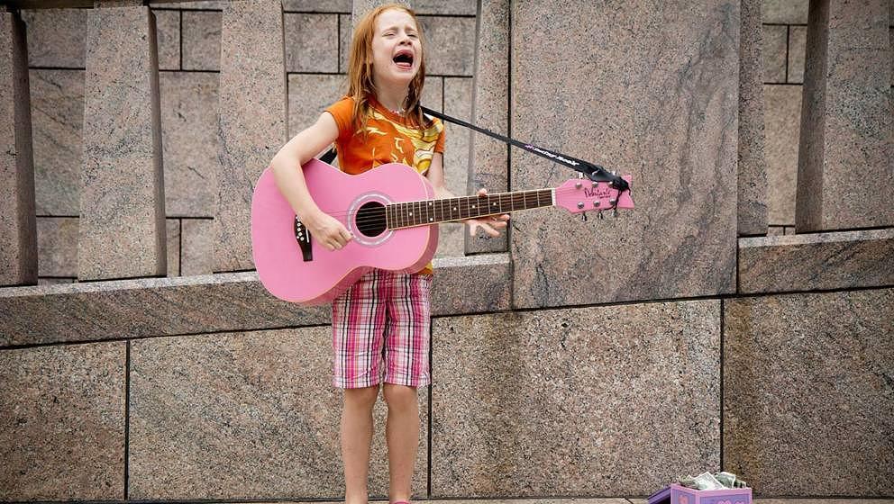 Eine pinke Gitarre gehört heute leider nicht zu den Super-Angeboten bei Amazon, schreien könnten wir aber trotzdem.