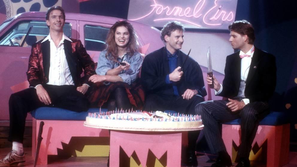 """Stefanie Tücking mit Ingolf Lück, Peter Illmann und Kai Böcking in der 200. Folge der ARD-Musikshow """"Formel 1"""" am 25.03.1988 in München"""
