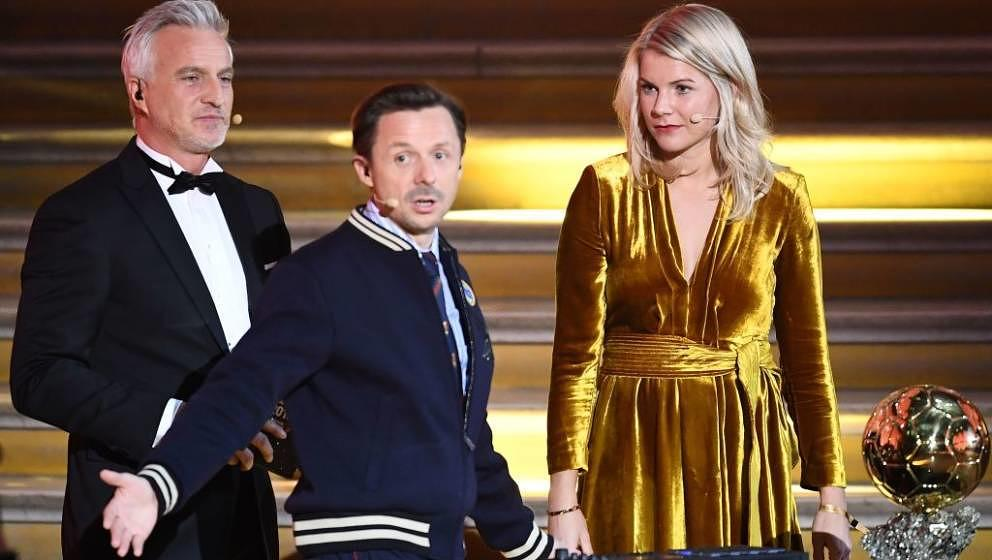 Wenn Blicke töten könnten: Ada Hegerberg (r.) und David Ginola (l.) blicken verstört auf DJ Martin Solveig (m.)
