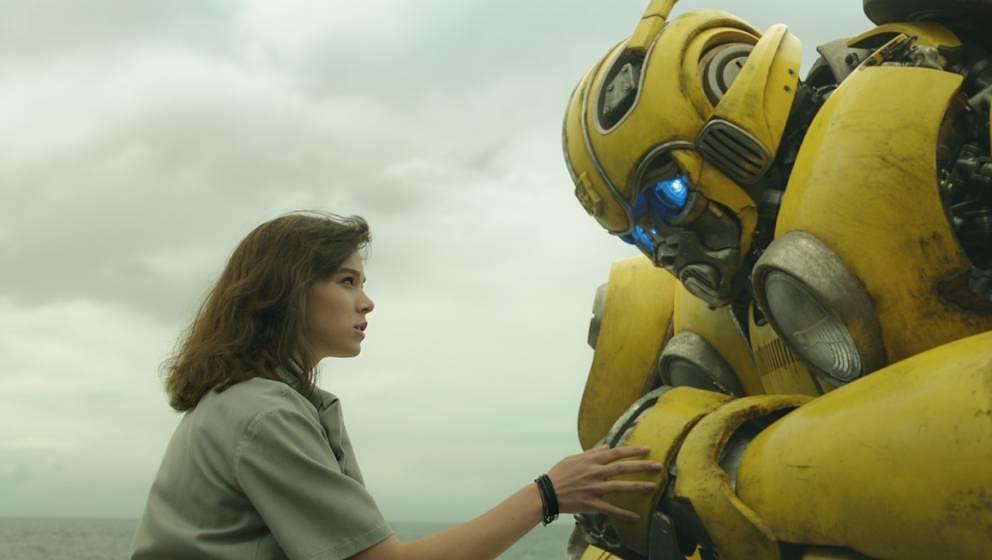 Hailee Steinfeld freundet sich mit Bumblebee an.