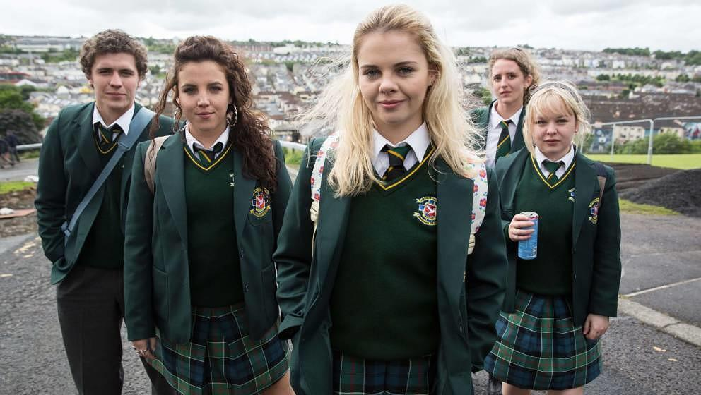 Von links nach rechts: James Maguire (Dylan Llewellyn), Michelle Mallon (Jamie-Lee O'Donnell), Erin Quinn (Saoirse Jackson), Orla McCool (Louisa Harland), Clare Devlin (NIcola Coughlan)