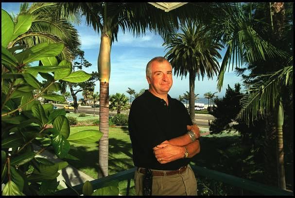 """Dieser Mann schrieb einst """"Per Anhalter durch die Galaxie"""" und hört dabei sehr viel Paul Simon: Douglas Adams, hier im Jahr 2000 auf seinem Anwesen in Santa Barbara"""