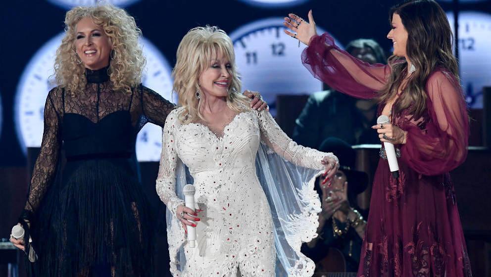 Dolly Parton mit Kimberly Schlapman und Karen Fairchild von Little Big Town während der 61. Grammys