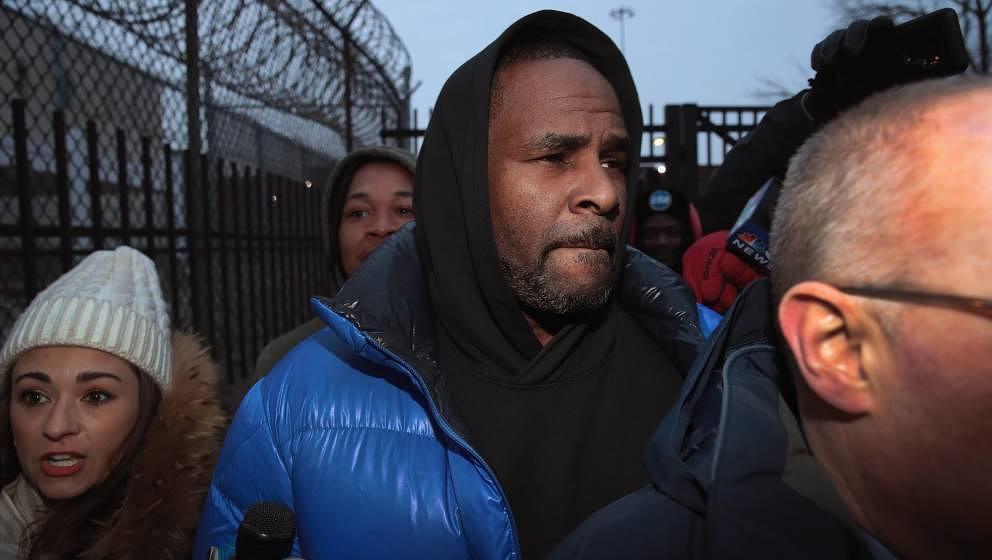 R. Kelly verlässt das Cook County Gefängnis, nachdem er 100.000 Dollar Kaution gezahlt hatte.