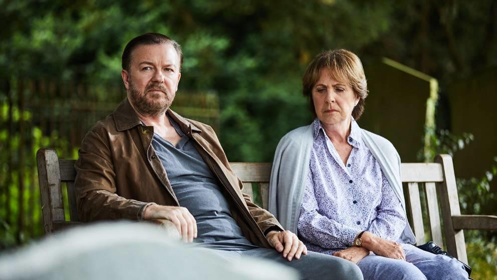 """Lernen sich am Friedhof trauernd kennen und schätzen: Tony (Ricky Gervais) und Anne (Penelope Wilton) in """"After Life"""""""