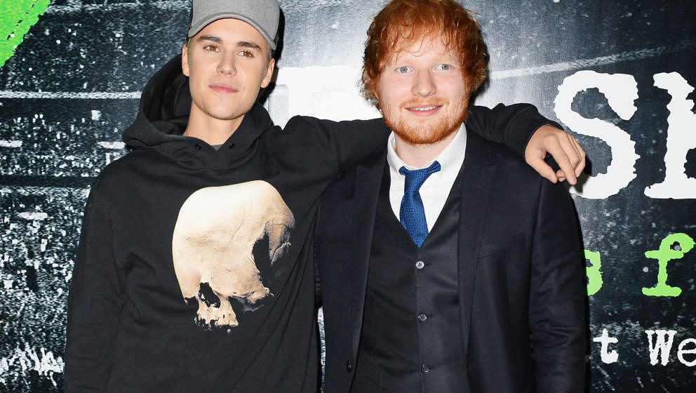 LONDON, ENGLAND - OCTOBER 22:  Justin Bieber (L) and Ed Sheeran attend the World Premiere of 'Ed Sheeran: Jumpers For Goalpos