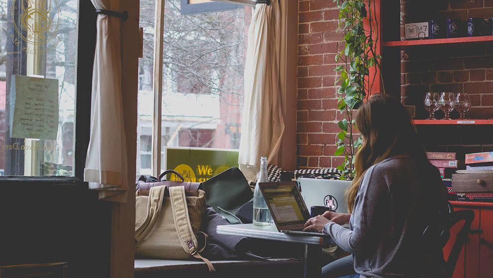 Konzentriertes Arbeiten ist im Café oder Co-Working-Space manchmal eine Meisterleistung.