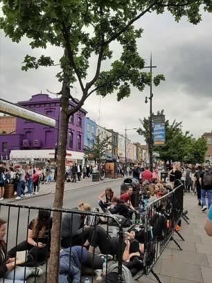 Fans warten vorm Electric Ballroom im London auf das Konzert von Die Ärzte