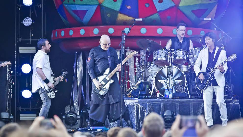 In guter Form: Jack Bates, Billy Corgan (lächelnd), Jimmy Chamberlin und James Iha von The Smashing Pumpkins live am 5. Juni 2019 in der Zitadelle Spandau. Hier nicht im Bild: Jeff Schroeder und Katie Cole.