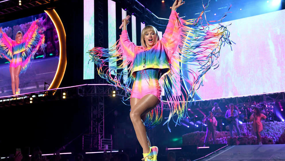 CARSON, CALIFORNIA - JUNE 01: (EDITORIAL USE ONLY. NO COMMERCIAL USE) Taylor Swift performs onstage at 2019 iHeartRadio Wango