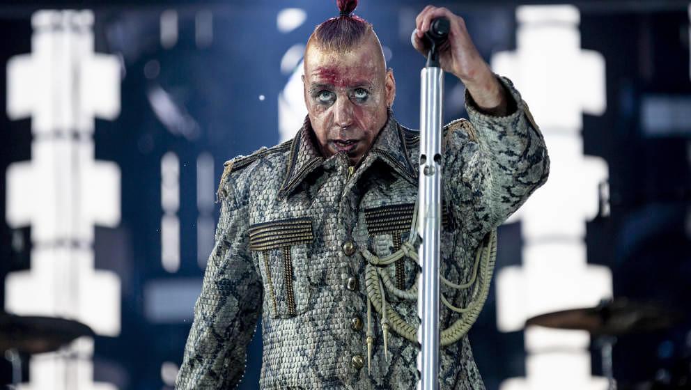 22.06.2019, Berlin: Till Lindemann, Frontsänger von Rammstein, tritt beim Konzert der Band Rammstein im Olympiastadion auf.