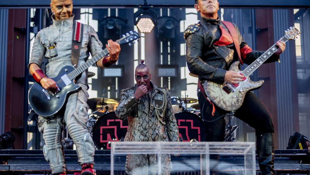 22.06.2019, Berlin: Paul Landers (l-r), Rhythmusgitarrist von Rammstein, Till Lindemann, Frontsänger von Rammstein, und Rich