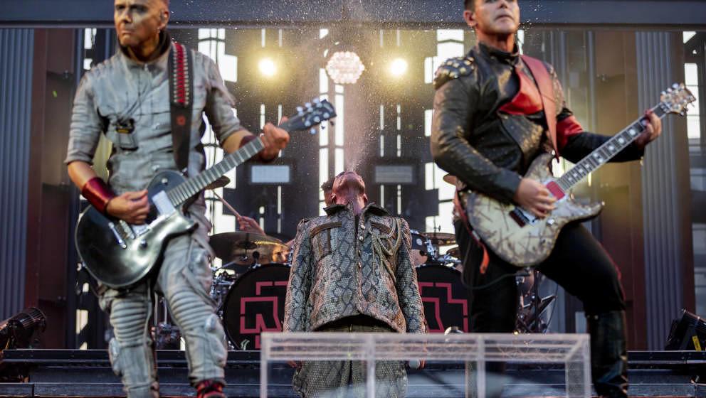 22.06.2019, Berlin: Till Lindemann (M), Frontsänger von Rammstein, spuckt hinter Paul Landers (l), Rhythmusgitarrist von Ram
