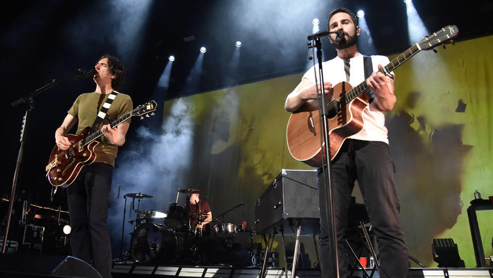 SAN FRANCISCO, CALIFORNIA - MAY 20: Gary Lightbody (L) and Johnny McDaid of Snow Patrol perform in support of the band's 'Wil