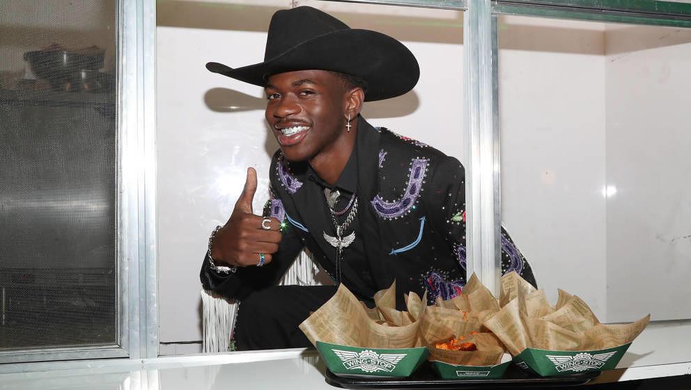 Cowboyhut und schelmisches Grinsen - Lil Nas X hat sich zur Marke gemacht.