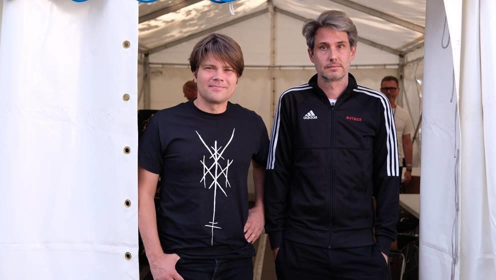 """Irgendwie seltsam, Dirk von Lowtzow 2019 plötzlich wieder in Trainingsjacke zu sehen: Tocotronic beim """"Kosmos Chemnitz - Wir bleiben mehr""""-Festival"""