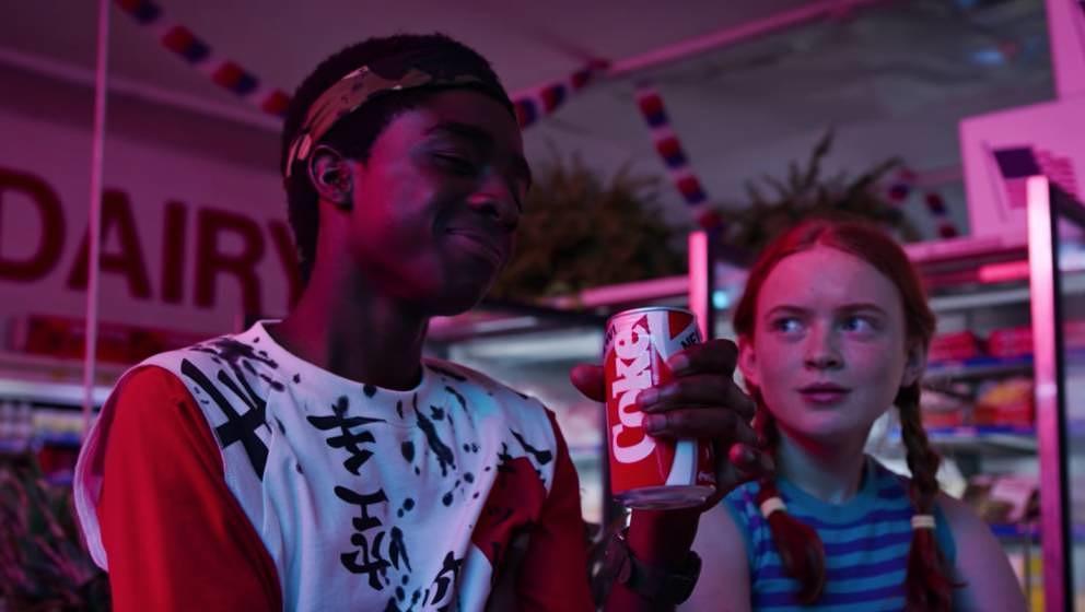 """""""Even better than the original"""": Für Lucas' Lob auf """"New Coke"""" hält """"Stranger Things"""" in Staffel 3 seine Handlung an"""