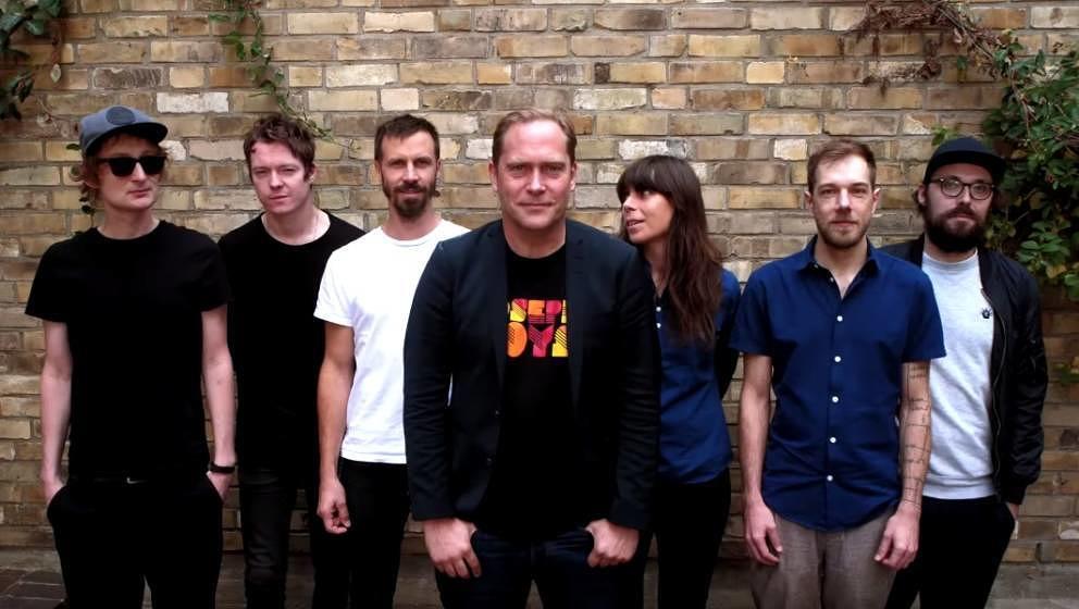"""Thees Uhlmann hat """"Fünf Jahre nicht gesungen"""" – hier das Musikvideo mit neuer Band - Musikexpress"""