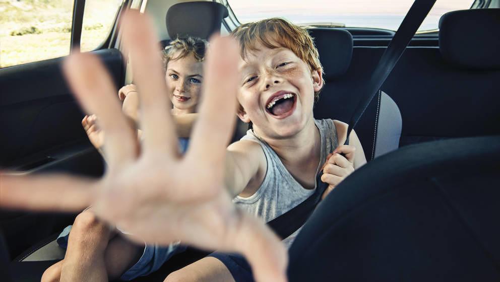 Mit der Familie im Auto unterwegs zum nächsten Festival – mit unseren Tipps ein Kinderspiel