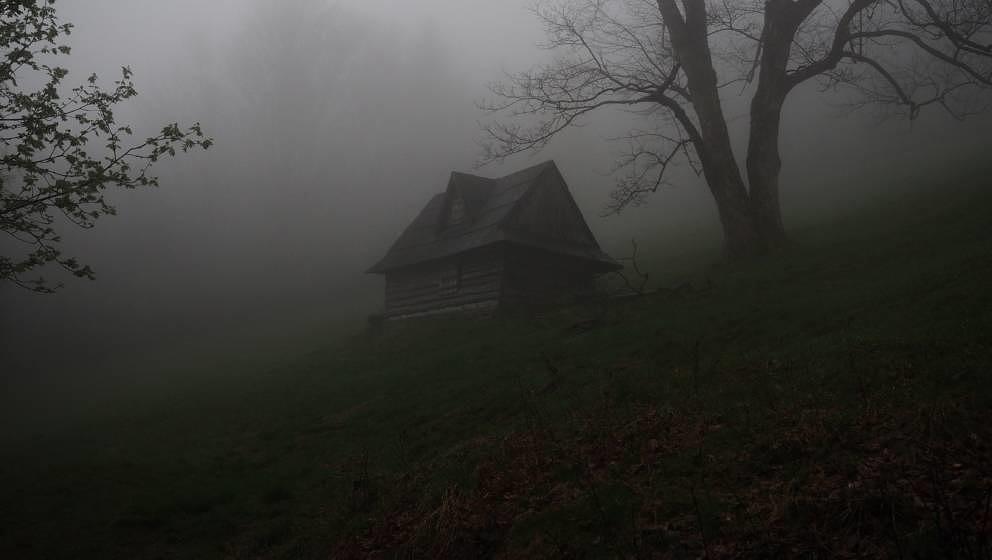 Haus im Nebel, eine Szenerie wie aus einem Horrorfilm