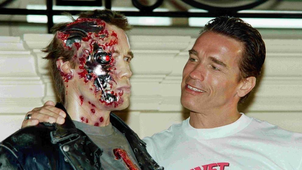 Arnold Schwarzenegger neben der 'Terminator 2'-Wachsfigur während der 44. Filmfestspiele von Cannes 1991