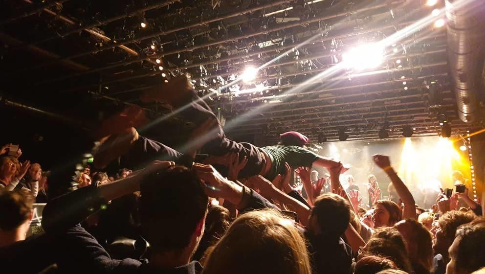 Sie lieben ihn noch immer: Adam Green, crowdsurfend in Wien am 05. November 2019