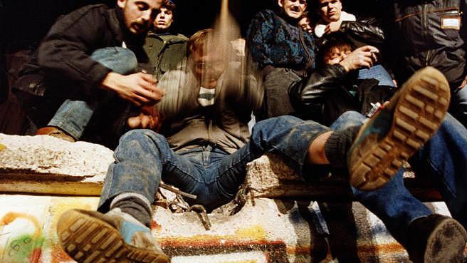 Erst wurde die Berliner Mauer im November 1989 erklommen und dann auch schon an vielen Stellen in (Erinnerungs-)Stücke gehauen.