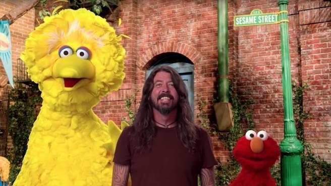 """Dave Grohl live mit Bibo und Elmo in der """"Sesamstraße"""""""