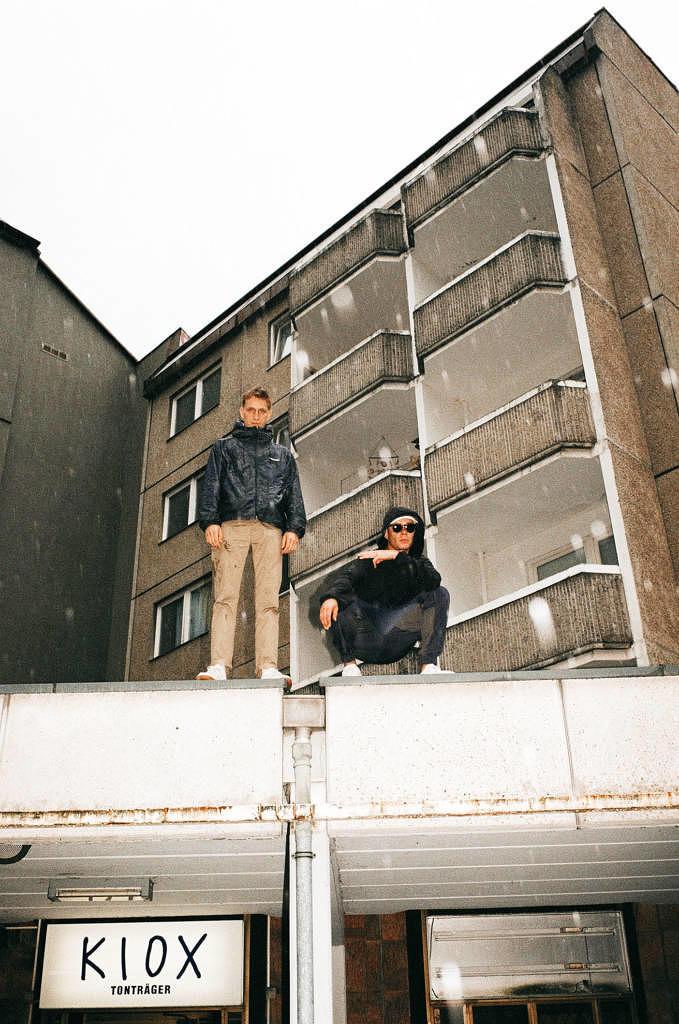 Trettmann und Kummer auf dem Dach des Plattenladens KIOX. Dort arbeitete nicht nur Kummers Vater, sondern auch der jüngere Trettmann