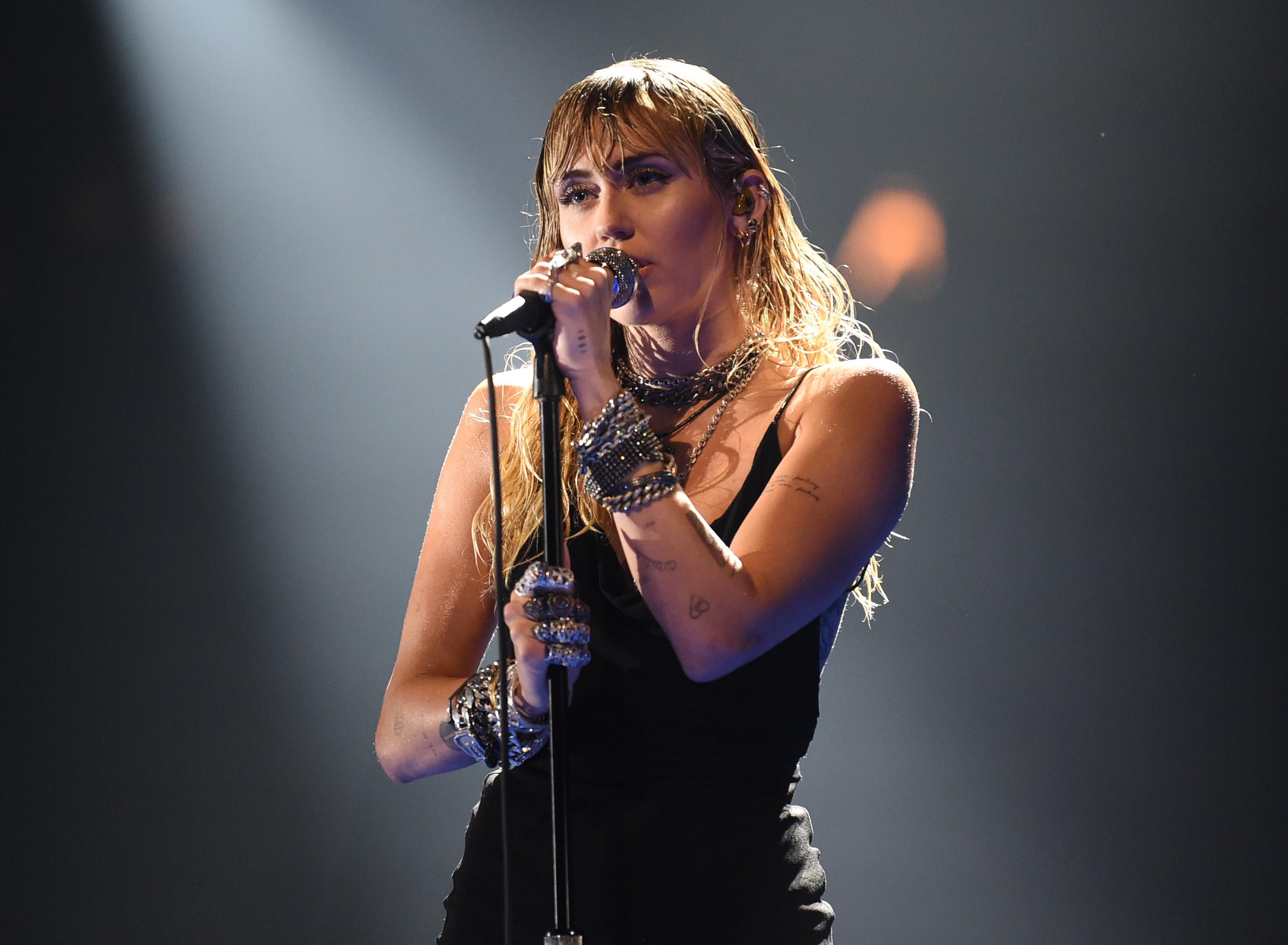 Miley Cyrus: Wir haben ihre Alben nach kommerziellem Erfolg...