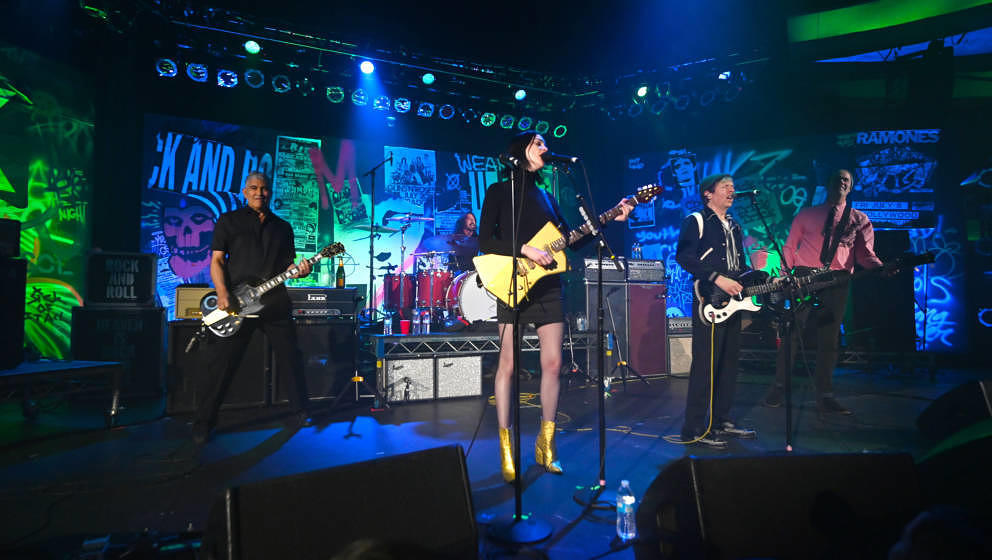 LOS ANGELES, CALIFORNIA - JANUARY 04:  Violet Grohl, Dave Grohl, Beck, St. Vincent, Krist Novoselic and Pat Smear perform ons