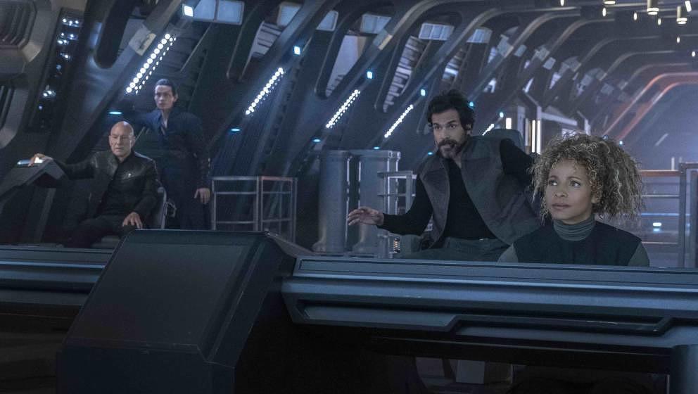 Patrick Stewart als Jean-Luc Picard, Evan Evagora als Elnor, Santiago Cabrera als Rios und Michelle Hurd als Raffi in 'Star Trek: Picard'
