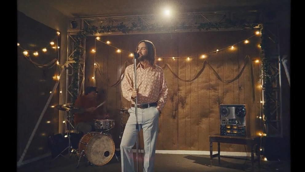 """Kevin Parker von Tame Impala als Frontmann einer Hochzeitsband in dem neuen Musikvideo zu """"Lost In Yesterday'."""