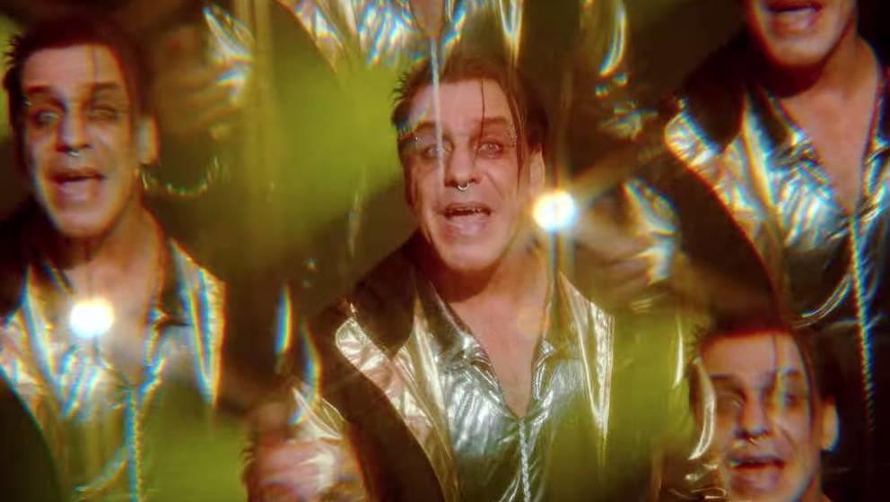 """Till Lindemann als Frauen-Kidnapper in dem neuen Musikvideo zu """"Platz Eins""""."""