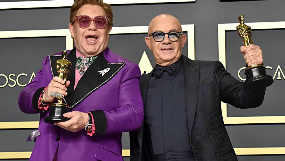 """Elton John und Bernie Taupin feiern ihren """"Rocketman""""-Sieg."""