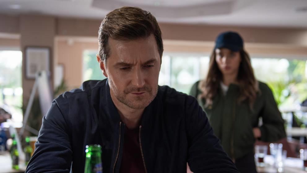 """Adam Price (Richard Armitage) in """"The Stranger"""": Nachdem die Frau im Hintergrund ihn angesprochen hat, wird sich sein Leben verändern. Und das nicht zum Guten."""