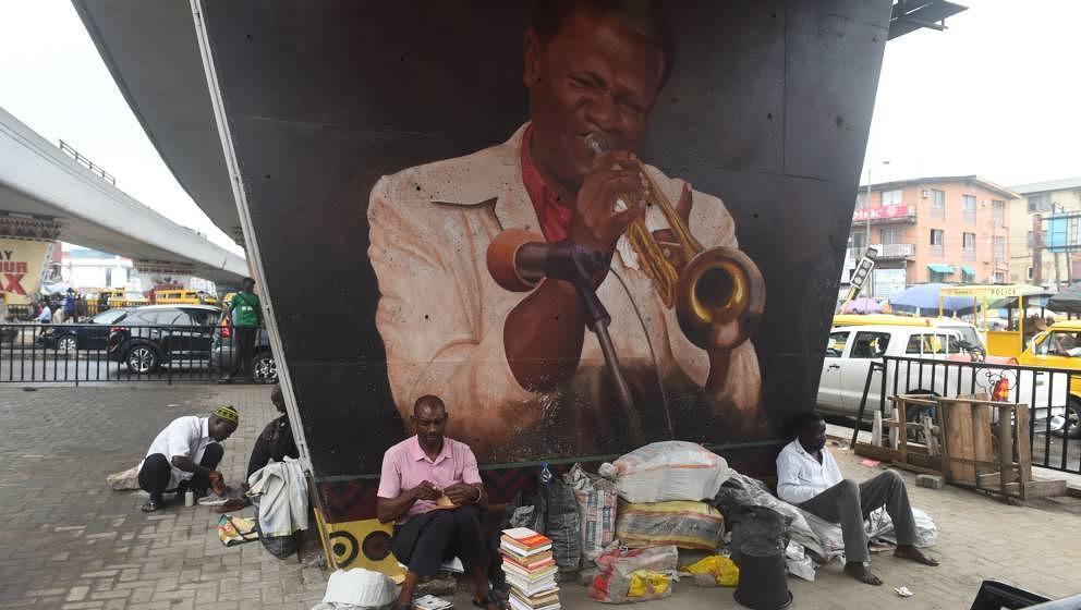 """Der nigerianische Highlife-Musiker Victor Olaiya – auf dem Bild ein Porträt von ihm in Lagos – starb am 12. Februar 2020 in Lagos mit 89 Jahren. Der Trompeter trug den Spitznamen """"The Evil Genius of Highlife""""."""