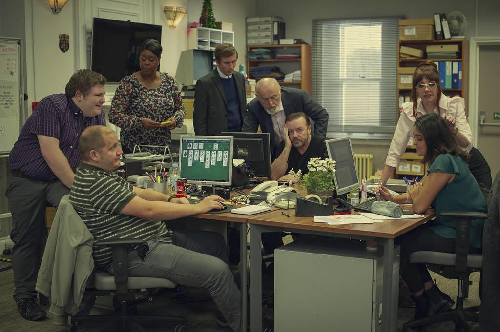 """Wie """"Stromberg"""", nur ernster: Eines der ersten neuen Szenenbilder aus der 2. Staffel """"After Life"""""""