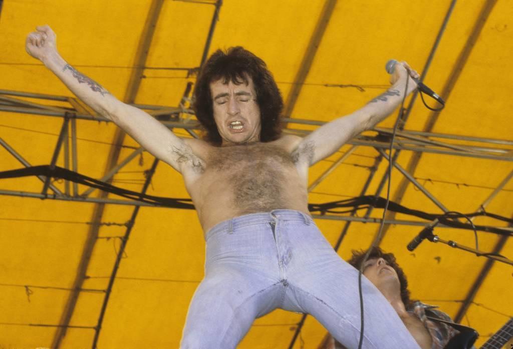 Bon Scott mit AC/DC live im The Oakland Coliseum 1978 in Kalifornien.