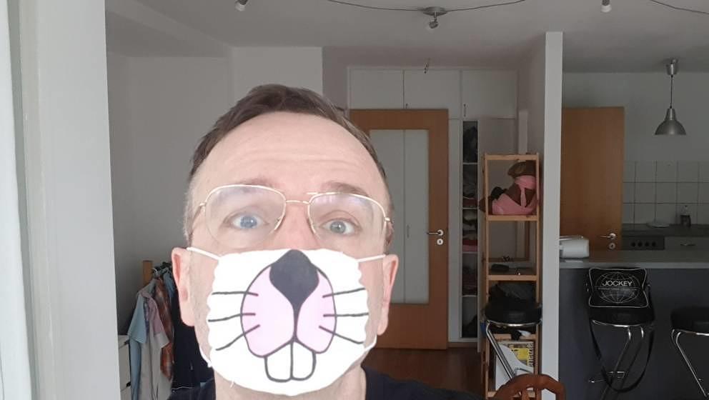"""Auf diesem Foto versucht Karnevalist Linus Volkmann das Thema """"Coronavirus"""" humoristisch aufzugreifen."""